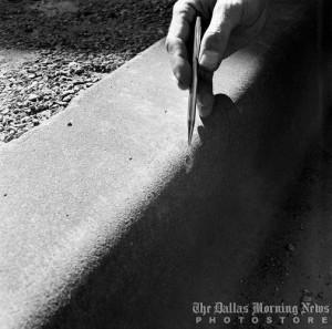 Il frammento di marciapiede graffiato dal colpo deviato, nei pressi della posizione di James Tague.
