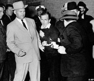 La celebre immagine di Ruby che sbuca tra i reporter, nel sotterraneo della centrale di polizia di Dallas, e fa fuoco con la sua Colt Cobra contro Lee Oswald.